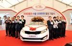 Kia-Motors-executives-pose-with-10-millionth-export-vehicle