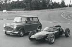 mini_cooper_si_monopostul_de_f1_cooper_1961